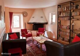 The living room is on the first floor and has a large fireplace. This makes it pleasant stay here in the early pre-season and late. A wide choice of books is available. On the same floor is the master bedroom and bathroom.