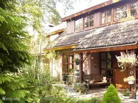 entree , geeft toegang tot de ruime hal met toilet en deuren naar woonkamer, slaapkamer , garage en meterkast.