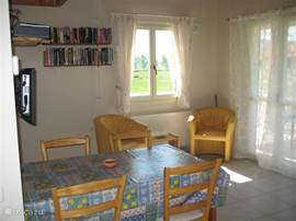 woonkamer met huis bibliotheek