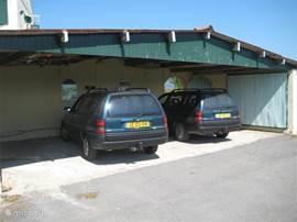 De auto's staan altijd lekker koel in onze garage