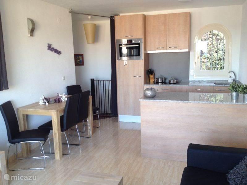 Casa Pieresa - open keuken met schiereiland, voorzien bosch apparatuur te weten, 4 pits inductiekookplaat, oven (met magnetron functie), vaatwasser, afzuigkap, senseo, waterkoker en wasmachine