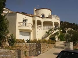 Gezellig ingerichte moderne villa van alle gemakken voorzien met privé zwembad en prachtig uitzicht over de baai van Rosas. Op een berg in een rustige villawijk.Binnen 10 minuten met de auto op de drukke boulevard van Rosas,aan het strand en vele attracties