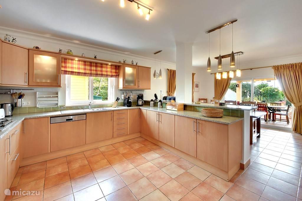 keuken in open verbinding met eetkamer en huiskamer. en zicht op terras.