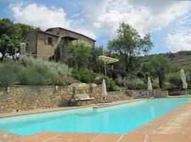 San Vito, een casa colonica, is een schitterend huis voor uw zomervakantie. Bij het ruime en comfortabele huis treft u een groot privé zwembad, een prachtige tuin en olijfboomgaard, diverse terrassen en loggia's en een ruim dakterras.