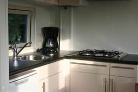 De zeer compleet ingerichte keuken