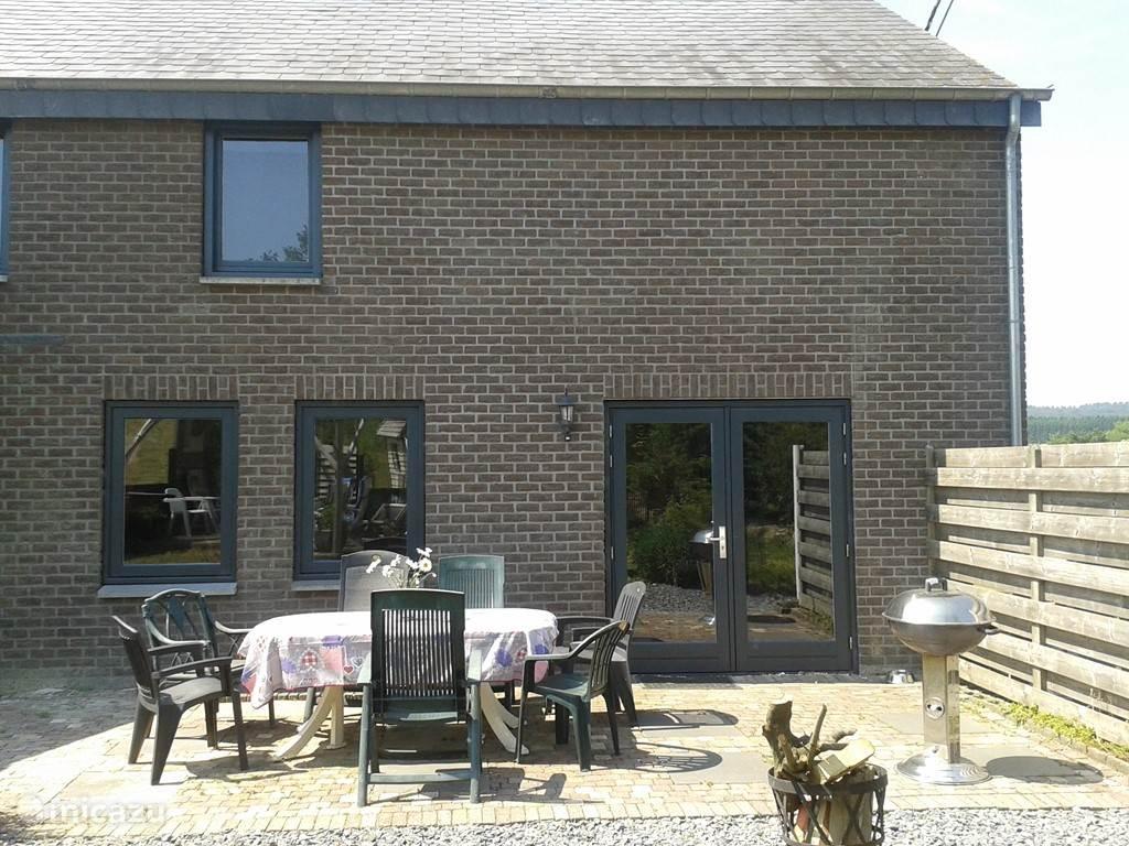 Achterzijde van de woning met terras waar je bij mooi weer 's morgens in de zon buiten kunt ontbijten.