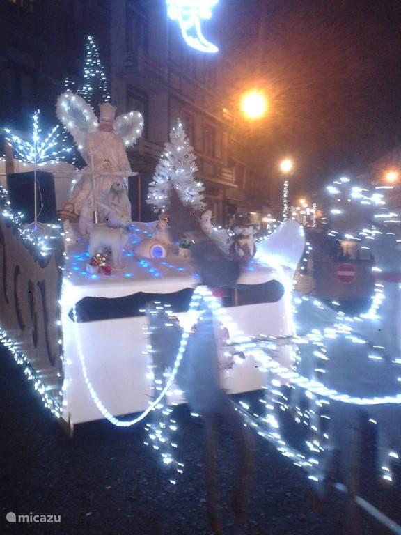 Verlichte arrenslee die in La Roche door de straten trekt in de kerstperiode.