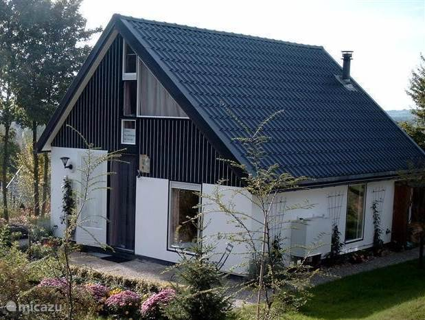 Beautiful detached house to rent with a unique view and close to the 3 point land (Germany-Netherlands-Belgium). Quiet location and close to the forest. Children can climb and swing and a lot can walk and cycle.