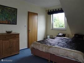 Slaapkamer 4 heeft ook toegang tot het grote balkon, met mooi uitzicht op de hoogste berg van het Sauerland, de Khler asten