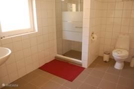 De badkamer van Nagymama Tanya is lekker ruim.