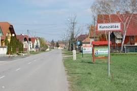 Kunzsállás het dichtsbijzijnde dorp op 2 km afstand. Hier zijn winkels voor de dagelijkse boodschappen. Er is een postkantoor en een pinautomaat.  Zie ook aanvullende informatie.