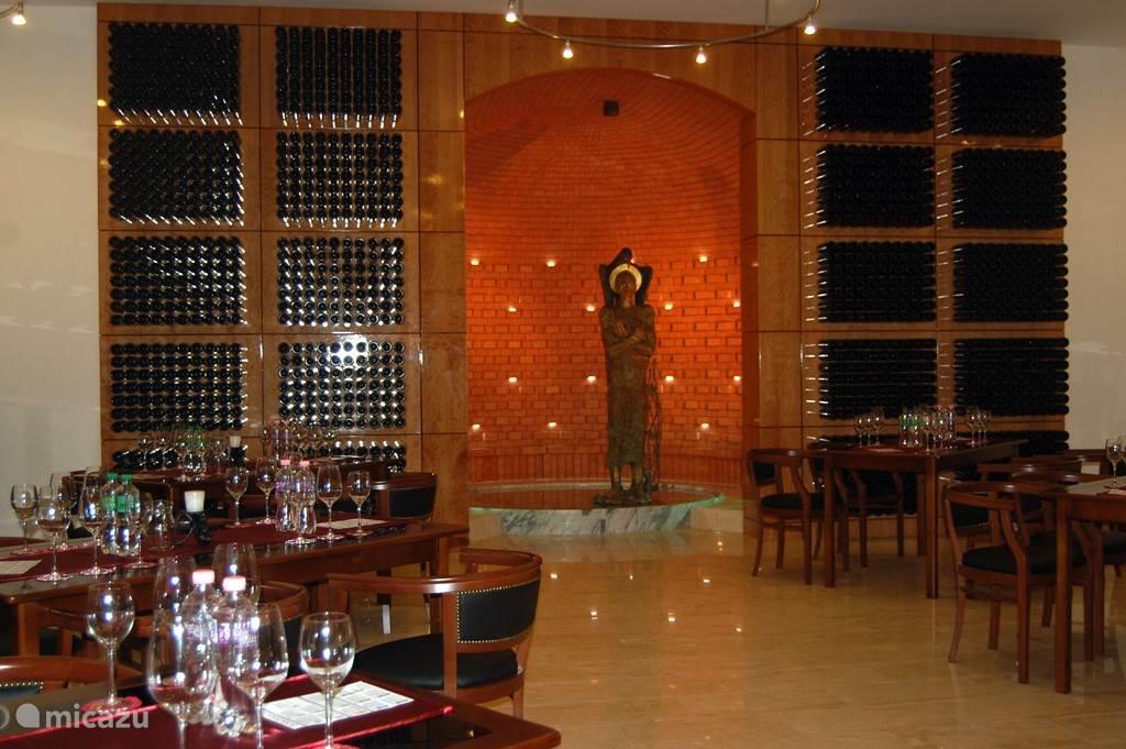 In de wijnkelder van de wijnmakerij worden uitgebreide wijnproeverijen georganiseerd. Echt de moeite waard! En last but not least u kunt hier voordelig wijn kopen. Ook lekker voor thuis!