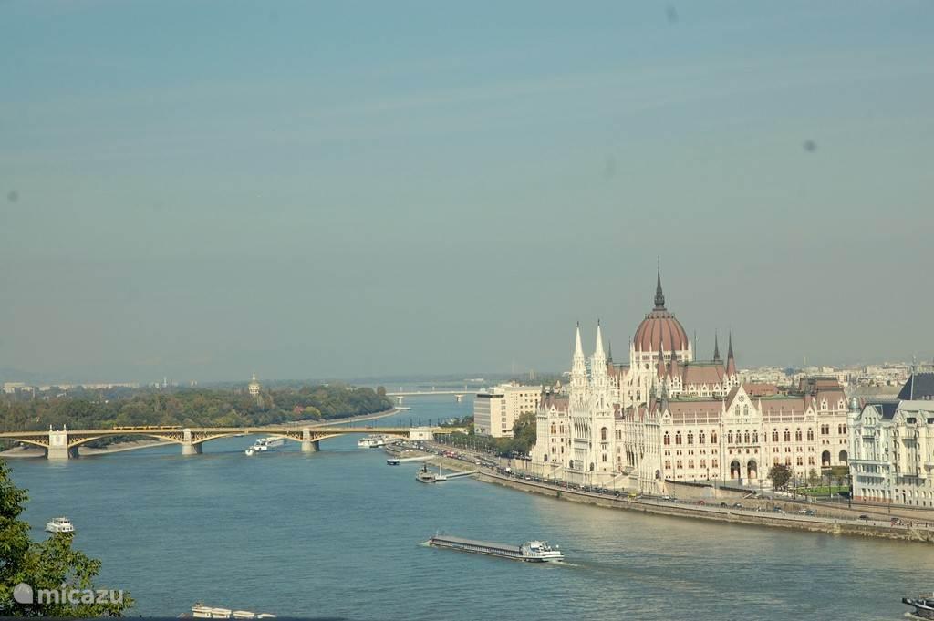 De prachtige stad Boedapest is uw bezoek meer dan waard! Hier rijdt u via de snel weg in een goed uur naar toe. In uw vakantiewoning treft u uitgebreide informatie aan over deze mooie stad. Wij kunnen u ook adviseren over de verschillende mogelijkheden.