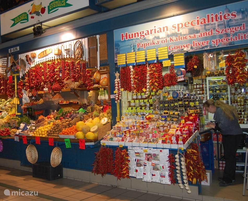 Boedapest. Een kraam  in één van de markthallen. Maar de stad heeft nog veel meer moois te bieden.