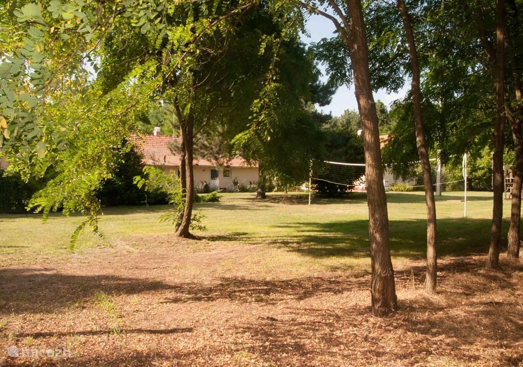 Op het grote terrein van ca. 4000 m2 kunnen jong en oud zich uitstekend vermaken. Er zijn verschillende speeltoestellen en er is voldoende schaduw.