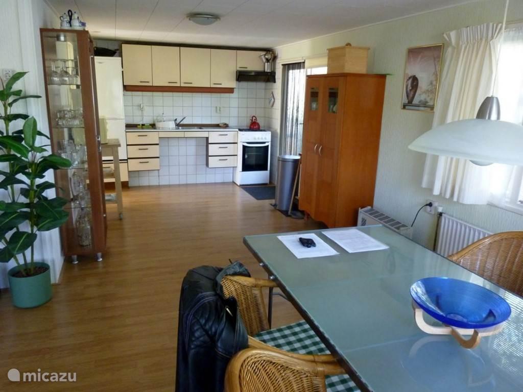 De keuken is ruim voorzien van apparatuur en kookspullen.