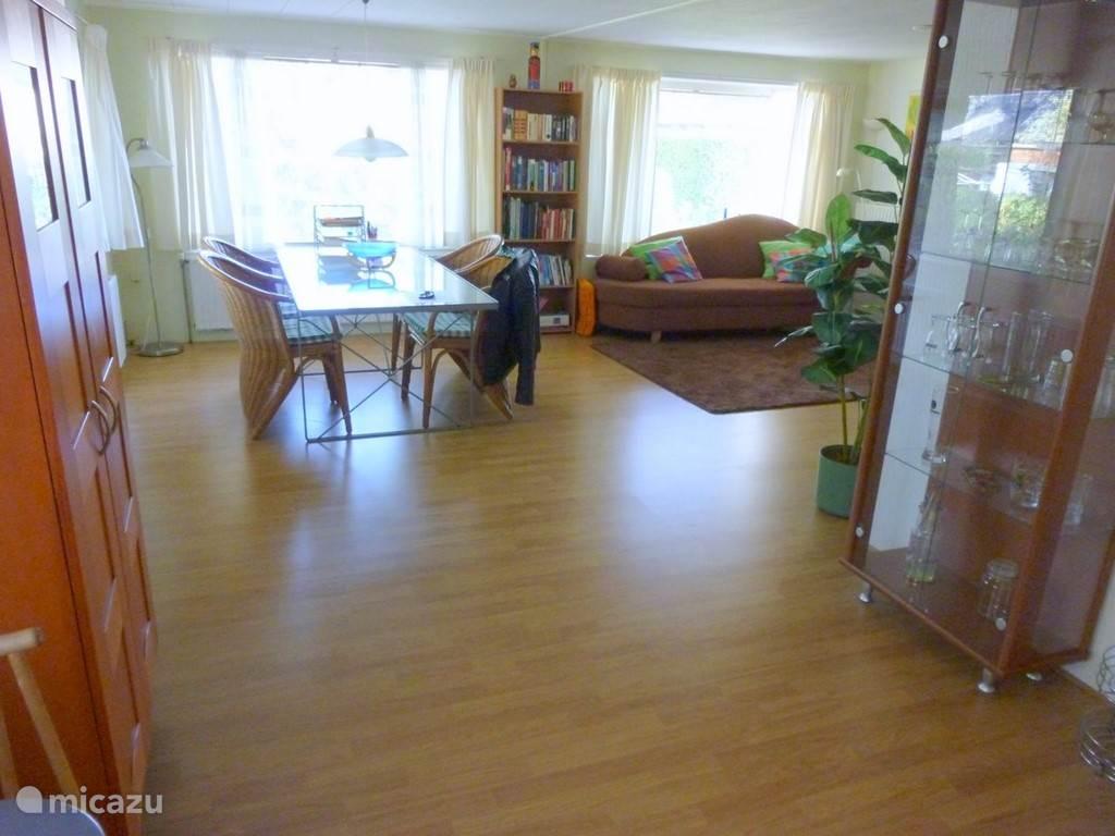 Het huisje is een dubbel chalet, dus een ruim woon/leef gedeelte.
