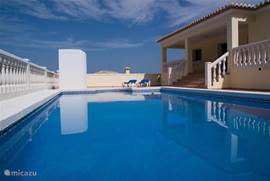 Een schitterende vrijstaande villa op 800 m2 grond met een privé zwembad  van 10 x 5 meter, gelegen in een zeer rustige omgeving met vrij uitzicht naar zee.