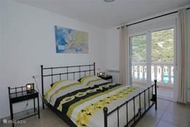 De hoofdslaapkamer met een bed van 1,80 meter x 2 meter? Goede matrassen en kussens van Nederlands formaat.