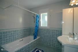 De badkamer ensuite met een groot ligbad
