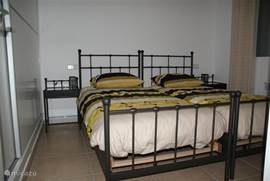De 2e slaapkamer met 2 bedden van 90 centimeter bij 2 meter. Ook hier goede matrassen en Nederlandse kussens