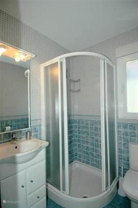 De 2e badkamer met een heerlijke douche en wastafel.