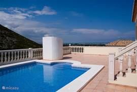 Zwembad, terras en buitendouche