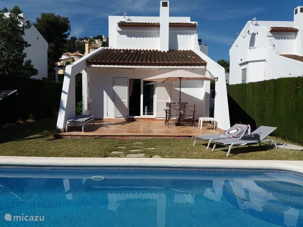 Luxe 6-pers.vrijstaande villa met privé-zwembad. Als u wakker wordt staat de zon op het terras en hoort u de vogeltjes fluiten. Daarna een duik in uw eigen zwembad en de dag kan niet meer stuk. Dit is pas vakantie!!