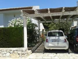 Eigen parkeerplaats voor het huis. Door de overkapping staat uw auto in de schaduw. Voor de deur genoeg plaats voor meerdere auto's.