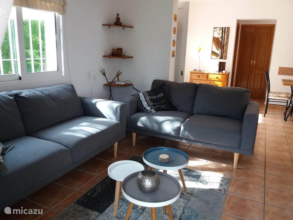 De woonkamer met openhaard en tv meubel  (helaas niet op foto). In het woongedeelte bevindt zich de airco. Deze koelt tevens de slaapkamer op de begane grond!!