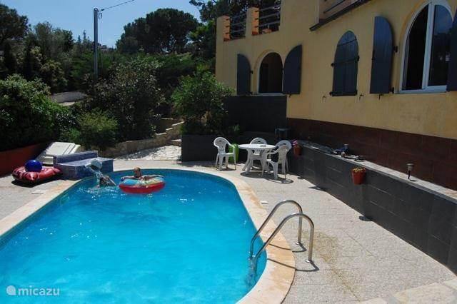 Een zonnig familie vakantiehuis met privé zwembad
