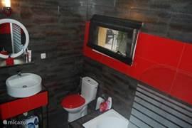 Badkamer met ligbad in het bovenhuis