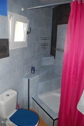 Badkamer met douche in appartement