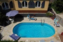Zwembad met op de achtergrond het appartement