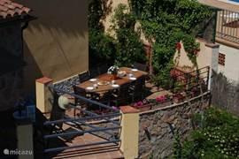 Aan de andere zijkant van het huis een terras waar men kan eten.