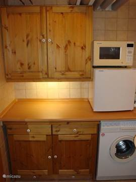Guesthouse kitchen with microwave, refrigerator, koffiezetapperaat, kettle