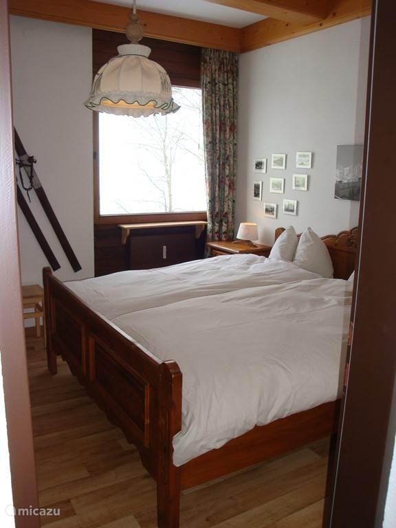 Slaapkamer appartement. Bed met 2 losse verstelbare bedbodems.
