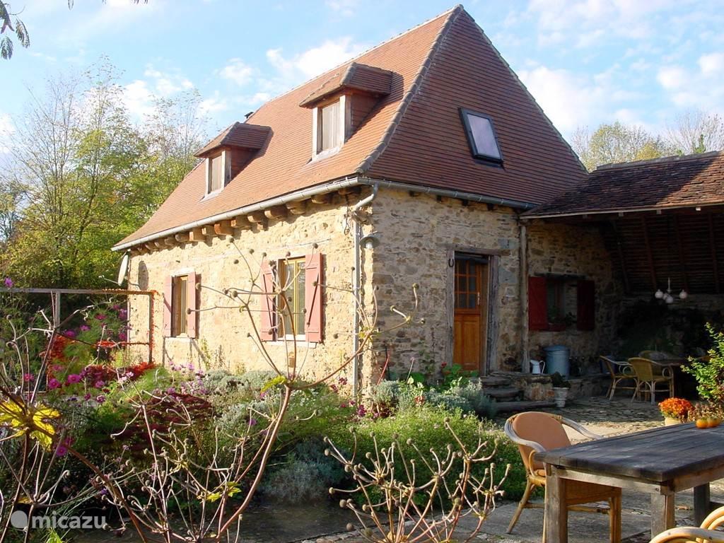 Gezellig en comfortabel vakantiehuis met privé zwembad in de Dordogne . Een voormalig boerderijtje, in 2005 geheel gerestaureerd, met grote schuur en pigeonnier op een terrein van 6000 m2 in een klein gehucht op 500 m van het riviertje de Auvézère.