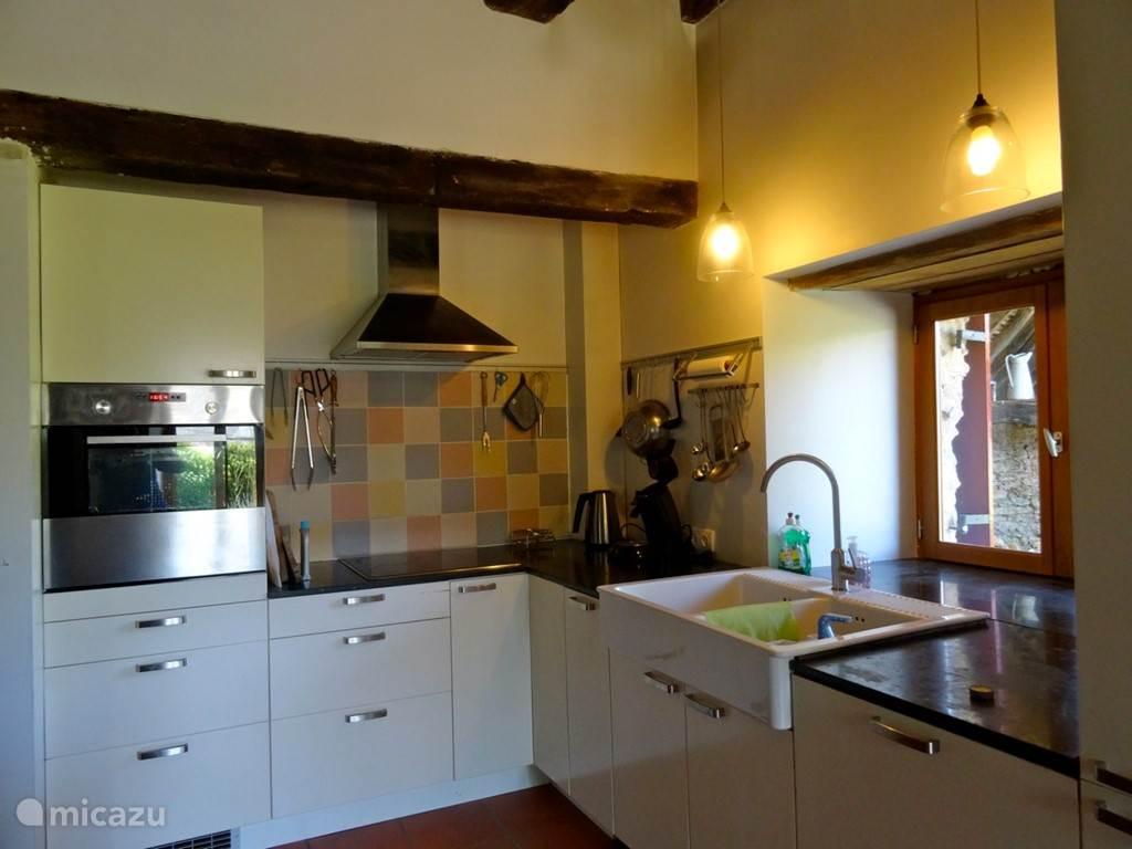 Keuken met oven, diepvries, ijskast en vaatwasser