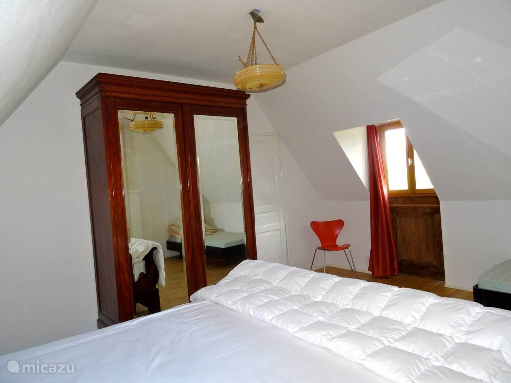 Masterbedroom met groot tweepersoons bed