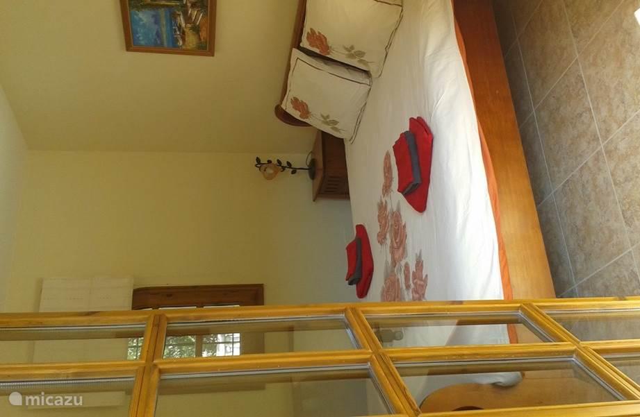 2 pp slaapkamer met ruim 2 pp bed,  eigen badkamer & balkon gericht naar tuin met zwembad.