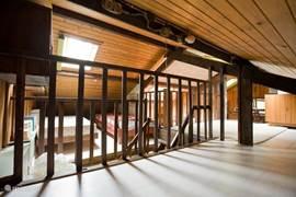 Vide met twee alkoofjes met drie bedden.. Geschikt voor late slapers omdat de vide in open verbinding met beneden staat.