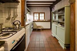 Keuken voorzien van fornuis met oven, afwasmachine, wasmachine en droger. U vindt hier een uitgebreide keukenuitrusting, van keukenmachine tot appelboor.