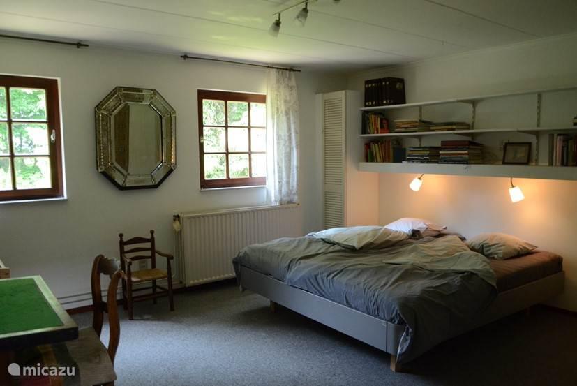 Slaapkamer 1 (18 m2) met een Auping tweepersoonsbed, een kinderbedje en voldoende kastruimte.