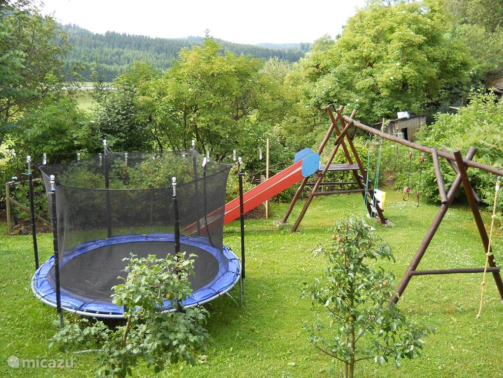 Trampoline, swing and slide, what child would not want that? For toddlers are safe swing seats available, they can also enjoy. The outdoor play area remain until November 1, also in the autumn, the children can play outside.