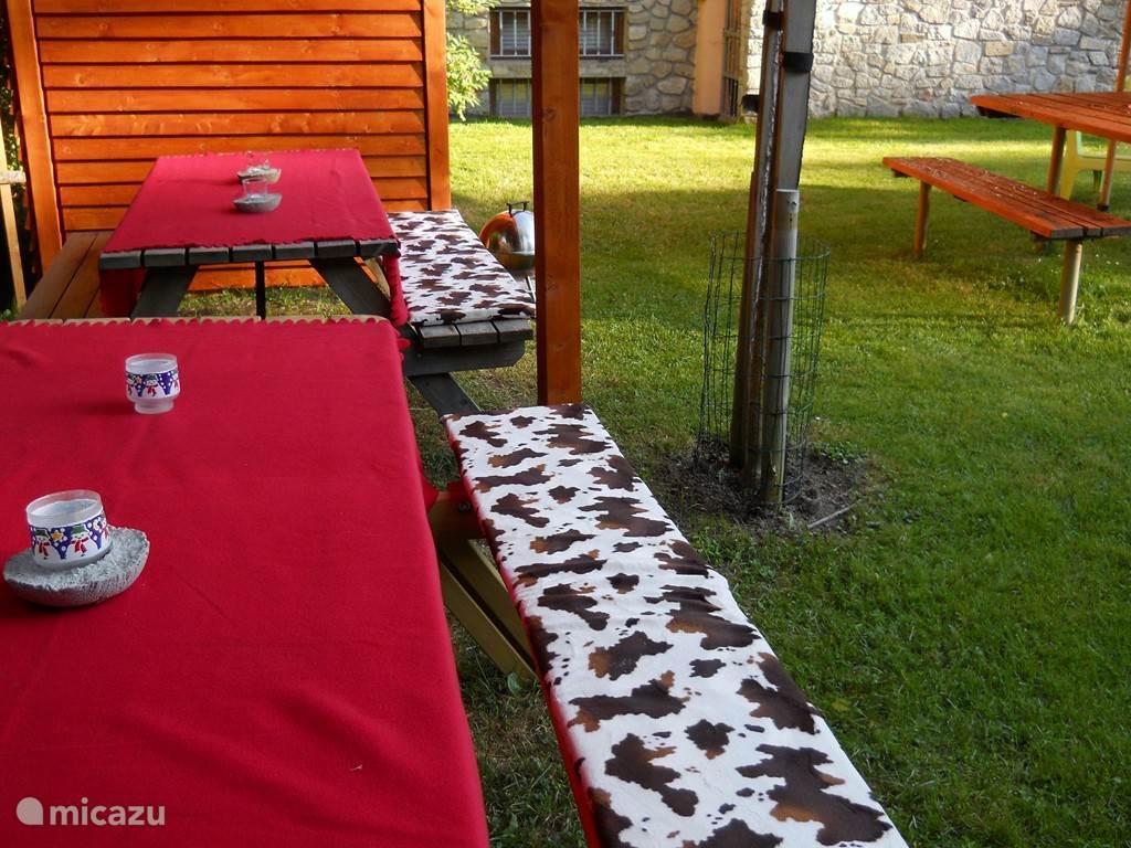 Onder het overdekte terras kun je met z'n allen gezellig zitten en eten.