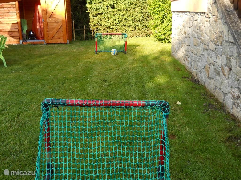 Lekker een potje voetballen in de tuin? Ook dat kan, de doeltjes staan al klaar.