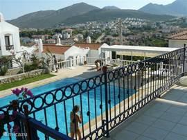 Een heerlijk appartement op een rustige plek met uitzicht over de bergen en het dal. Direct naast het huis ligt een mooi zwembad omringd door een prachtige tuin. (lees ook de ervaringen van onze huurders in het gastenboek bij achtergrondinformatie).