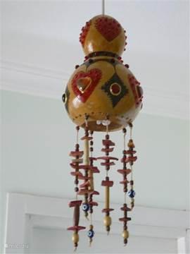 In het appartement hebben we typische lokale decoratie verwerkt zoals de lamp in de hal, gemaakt van een kalebas en nazar boncuk (kralen tegen het boze oog). Een salontafel, met als inlegblad een oude houtgesneden deur afkomstig uit een historisch in het oude Datca.