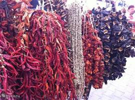 Gedroogde rode pepers, paprika's en aubergines. Foto genomen op de zaterdagmarkt in Datca